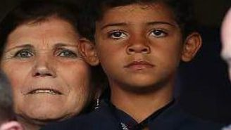 Dolores Aveiro junto al hijo de Cristiano Ronaldo observando un partido de Portugal en la Euro