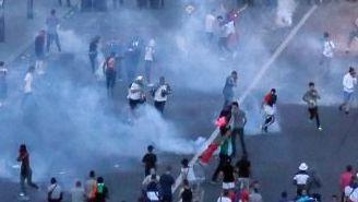 La policía intenta disuadir a los aficionados revoltosos al pie de la Torre Eiffel