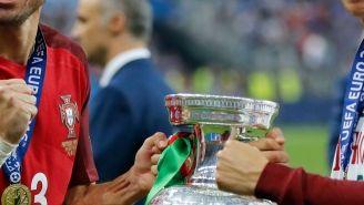Pepe y CR7 posan felices con el trofeo de la Eurocopa