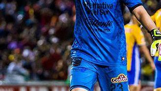 Moisés Muñoz da indicaciones en juego contra Tigres