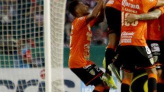 Jugadores de Chiapas festejan un gol contra Chivas