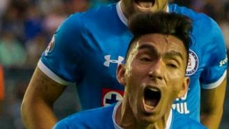 Ángel Mena festeja su gol con Cruz Azul