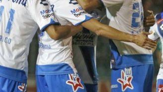 Jugadores de Puebla festejan el tercer gol