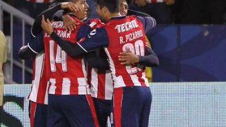 Futbolistas del Guadalajara celebran un tanto contra La Fiera