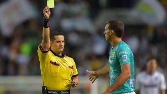 Novaretti es amonestado en un partido de la Liga MX