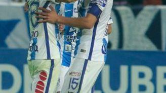 Gutiérrez y Lozano festejan gol de Pachuca