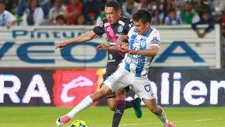 Hirving Lozano disputa el esférico con Óscar Rojas
