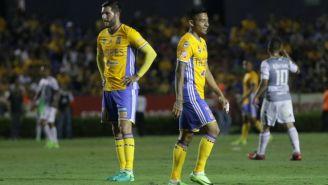 Gignac y Aquino, cabizbajos tras el gol de León