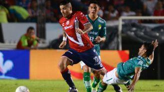 Juan Ángel Albin pelea el balón frente a León