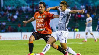 Diego de la Torre y Andrés Andrade pelean un balón