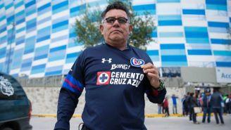 Aficionado posa con la tercera indumentaria de Cruz Azul
