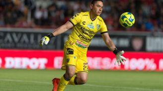 Moisés Muñoz, a punto de despejar durante un juego con Jaguares