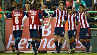 Jugadores de Chivas festejan un gol frente a León en el Ap2016