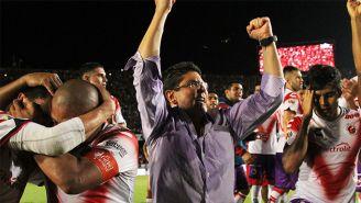 Fidel Kuri Grajales (centro) festeja con los jugadores de Veracruz