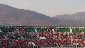 Aficionado en la cancha del Estadio Victor Manuel Reyna.