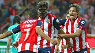 Jugadores de Chivas festejan el gol de Alanís frente a León