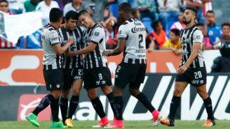 Jugadores de Necaxa celebran el único gol del partido