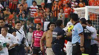 Aficionados invaden cancha en juego entre Chiapas y Santos