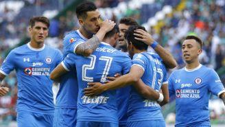 Jugadores de Cruz Azul festejan tras un gol