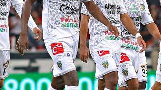 Jugadores de Jaguares durante el partido contra Atlas