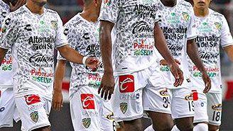 Los jugadores del Jaguar, cabizbajos durante el partido contra Atlas