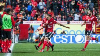 Jugadores de Xolos celebran el gol de Luis Chávez al Veracruz