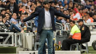 Cardozo se queja en su zona técnica mientras observa un duelo del Puebla