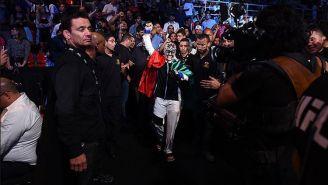 Jessica Aguilar camina rumbo al octágono con la bandera de México