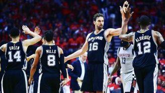 Jugadores de los Spurs se felicitan tras la victoria