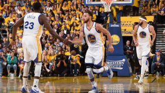 Curry es felicitado tras anotar contra los Spurs