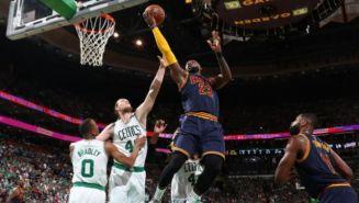 James intenta encestar entre la marca de los Celtics