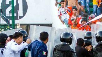 Policías intentan controlar a los aficionados de Jaguares en el duelo contra Santos