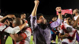 Kuri festeja con los jugadores de Veracruz en el Pirata Fuente