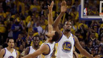 Kevin Durant festeja con Curry el primer triunfo contra San Antonio