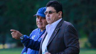 Juan Antonio y Fidel Kuri observan un entrenamiento del Veracruz