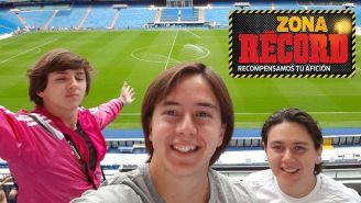 Los ganadores se toman una foto en el estadio