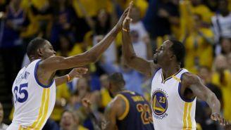 Green y Durant chocan sus manos tras una anotación de los Warriors
