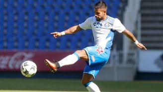 Gabriel Esparza golpea el balón durante un entrenamiento con el Puebla