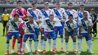 Jugadores de Puebla posan antes de un partido