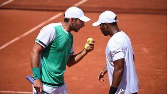 Santiago González platica con Young en Roland Garros