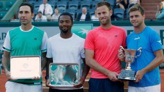 Los finalistas de dobles en Roland Garros posan con sus trofeos