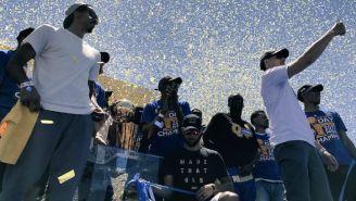 Jugadores de los Warriors saludan a sus seguidores