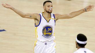 Curry celebra durante un partido de los Warriors