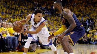 Curry intenta superar a James en un partido