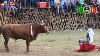 Ramiro Alejandro Celis encara a un toro en una función