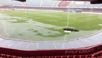 Las lluvias afectaron el terreno de juego provocando un socavón