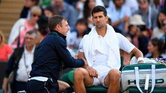 Novak Djokovic, atendido por el fisioterapia