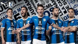 Jugadores de Querétaro posan con el nuevo uniforme