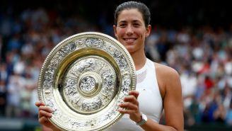 Muguruza posa con el título de Wimbledon
