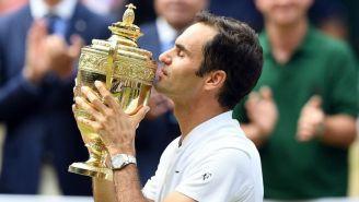 Federer besa el trofeo de Wimbledon